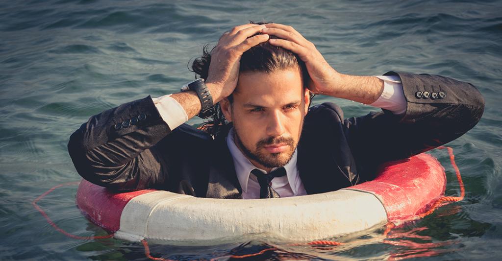 homme dans l'eau portant une bouée de sauvetage, secours aux entreprises, survie des entreprises, coronavirus