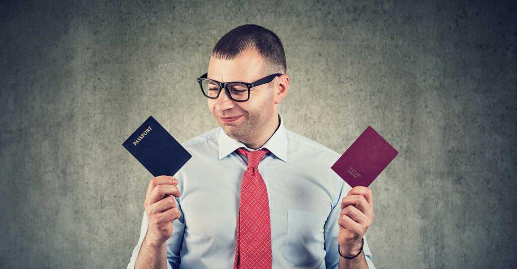 Homme tenant plusieurs passeports, avantages de la plurinationalité