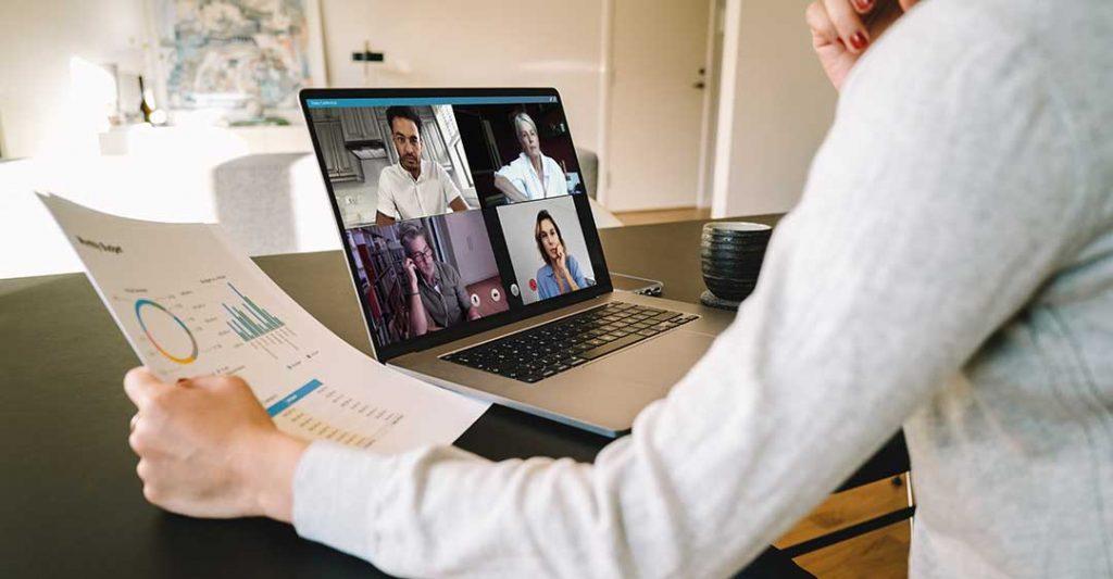 employés en télétravail, réunion en visio conférence, ordinateur portable, travail à domicile