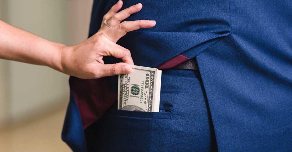 liasse de billets dans une poche, vol de salaires