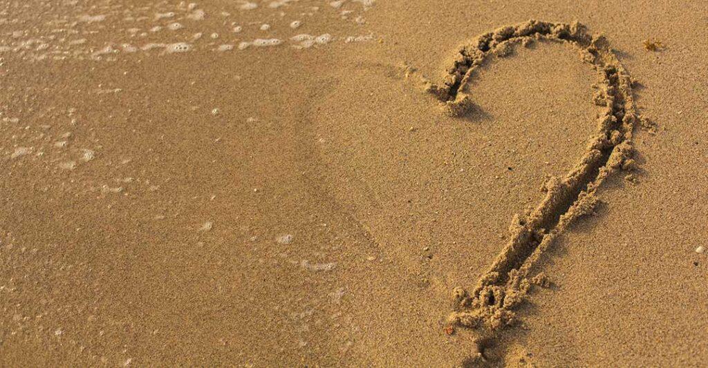 Plage, demi coeur dans le sable, séparation des expatriés, conseils et astuces