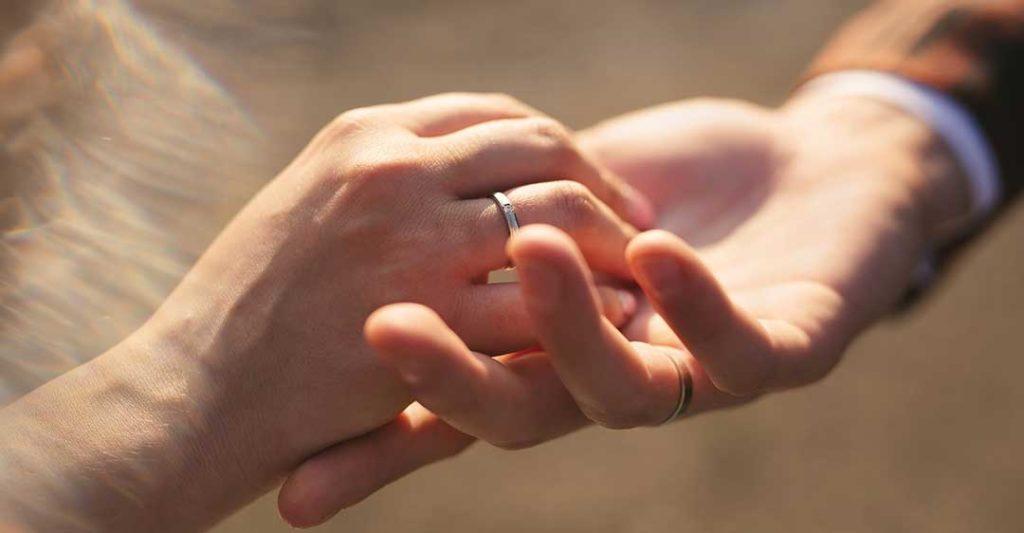 deux mains avec des alliances, créer un contrat prénuptial avec un fiancé étranger