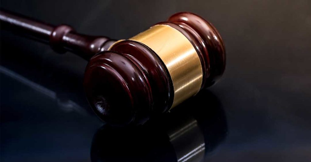 Maillet de justice en bois et doré, règlement volontaire des procès en Floride