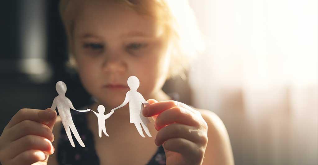 enfant tenant du papier découpé dans la famille, Rétention illicite d'enfants et Convention de la Haye