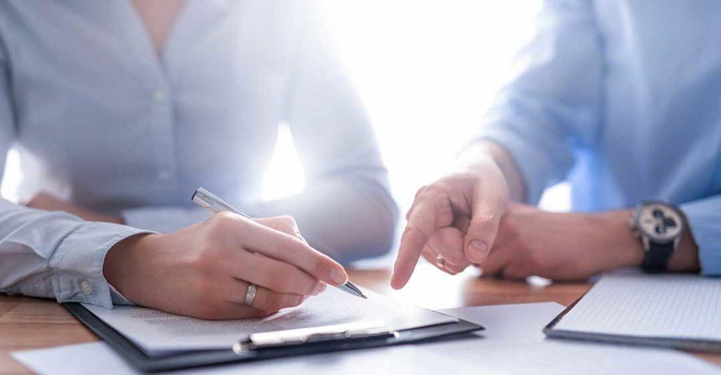 une personne donne une directive à une autre personne qui écrit, comprendre les différents types de procuration