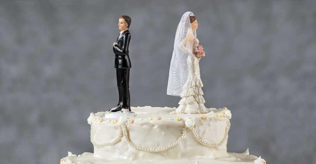 Les mariés se détournent l'un de l'autre sur le gâteau de mariage, Conséquences du divorce sur la planification de votre succession