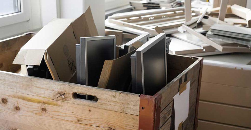 cartons de matériel de bureau et de moniteurs d'ordinateur, liquidation totale vs cessation d'activité